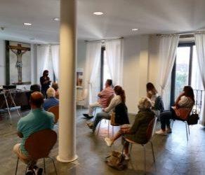 Agentes de Cáritas de Pontevedra con el consumo energético responsable